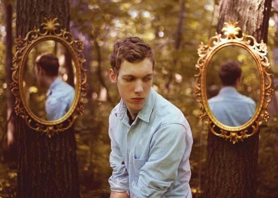 Jongen Die In Het Bos Staat Met Twee Spiegels Achter Zich Als Voorbeeld Van De Soorten Mannen Die Je Beter Kunt Vermijden