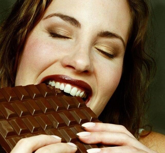 Vrouw Eet Chocola, Deze Handeling Activeert Het Beloningssysteem In De Hersenen