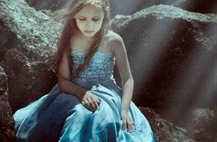 Eenzaam Meisje In Een Mooie Jurk Omdat Eenzaamheid Bij Kinderen Zich Steeds Vaker Voordoet