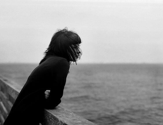 Meisje Dat Alleen Op Een Steiger Staat Omdat Eenzaamheid Bij Kinderen Zich Steeds Vaker Voordoet