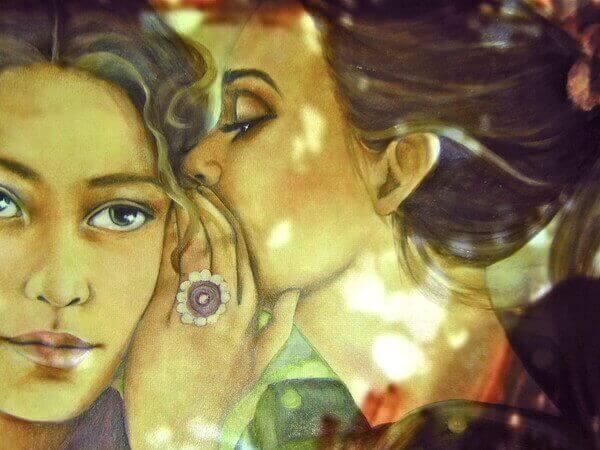 Een Meisje Dat In Het Oor Van Een Ander Meisje Fluistert Als Voorbeeld Van Mensen Die Niet Van Je Houden Om Wie Je Bent