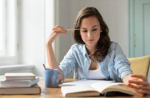 Meisje Dat Zit Te Studeren En Bij Zichzelf Denkt Haal Het Meeste Uit Je Studietijd