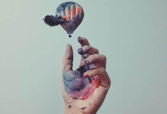 Hand Die Een Luchtballon Loslaat