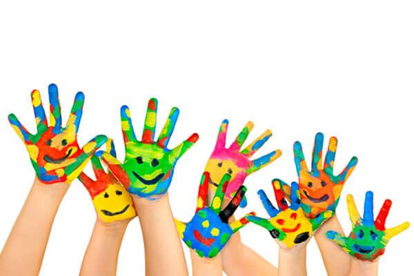 Handen Met Gezichtjes Als Symbool Voor Culturele Intelligentie