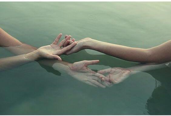 Twee Paar Handen Die Elkaar Onder En Boven Water Vasthouden En Waarmee Deze Twee Mensen Zeggen Jouw Streling Geeft Mijn Ziel Nieuwe Energie