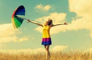 Vrouw Met Paraplu In Haar Handen In Een Weiland Die Bij Zichzelf Denkt Wat Doen Gelukkige Mensen Anders
