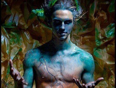 Een Naakte Blauwe Man In Een Oerwoud Als Voorbeeld Van De Soorten Mannen Die Je Beter Kunt Vermijden