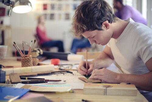 Jongen Die Creatief Begaafd Is, Is Aan Het Tekenen