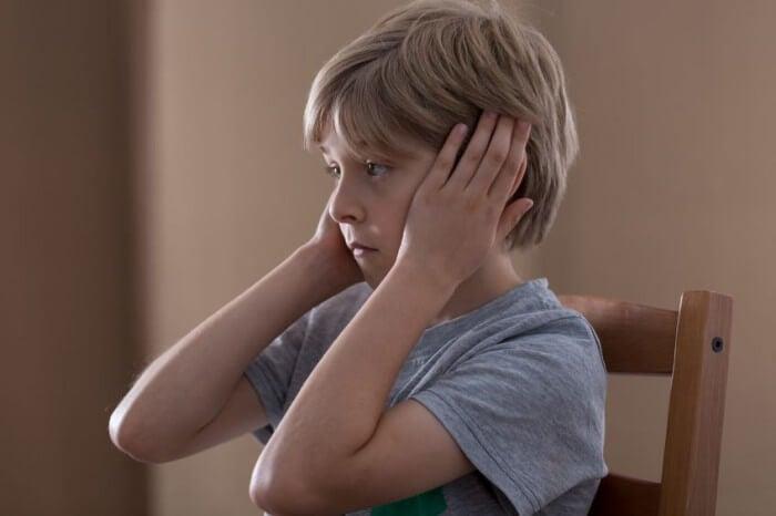 Jongen Die Zijn Oren Bedekt Met Zijn Handen Omdat Eenzaamheid Bij Kinderen Zich Steeds Vaker Voordoet