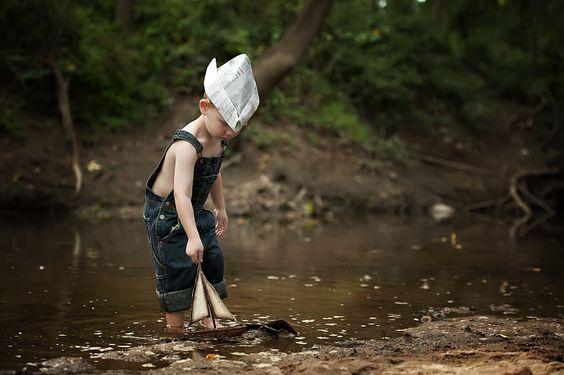 Jongetje Dat Alleen Met Een Bootje Speelt Omdat Eenzaamheid Bij Kinderen Zich Steeds Vaker Voordoet