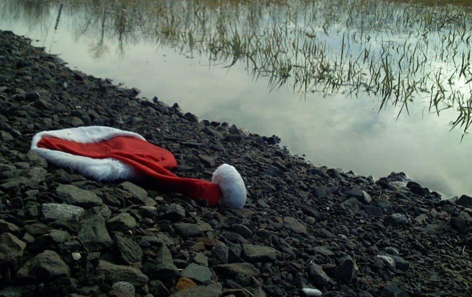Kerstmuts Op Steentjes Naast Water