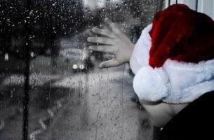 Een Kerstman Die Uit Het Raam Kijkt Om Niet Naar De Lege Stoelen Te Hoeven Kijken