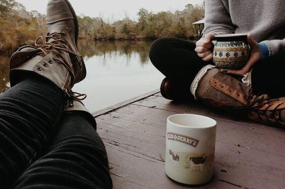 Twee Vrienden Die Samen Op Een Steiger Koffie Drinken Want Koffie Met Vrienden Maakt Onze Problemen Lichter