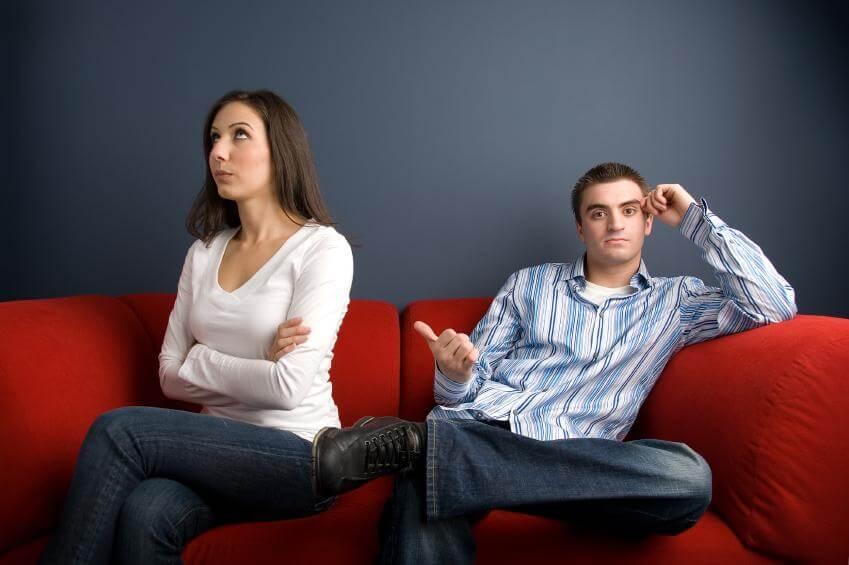 Twee Mensen Zijn Het Niet Met Elkaar Eens, Hun Woorden En Daden Spreken Elkaar Tegen