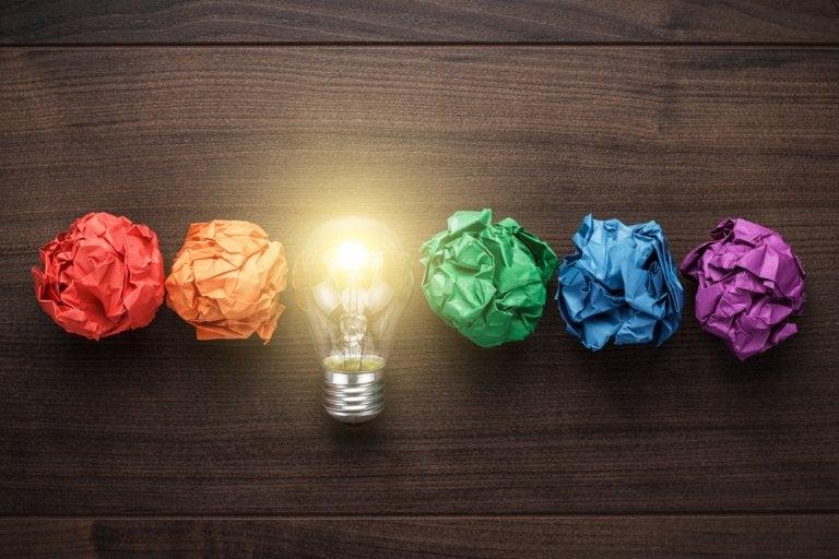 Een Gloeilamp Met Bolletjes Papier Ernaast Van Verschillende Kleuren Want We Moeten Onze Creativiteit Verzorgen