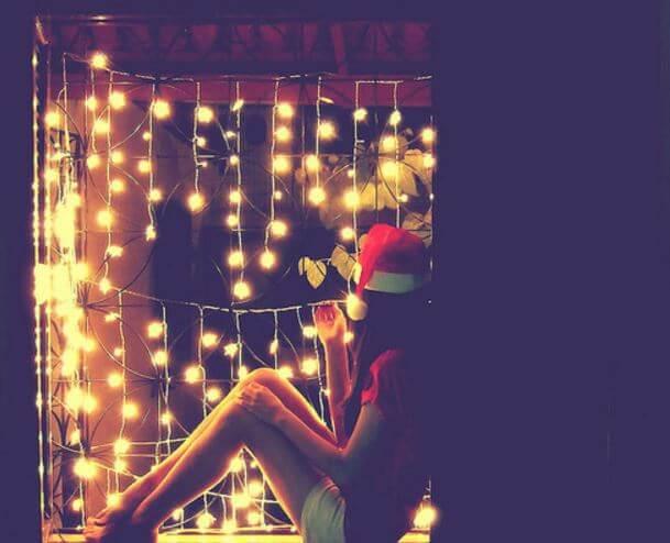Meisje Met Een Kerstmuts Op En Lichtjes En Lege Stoelen Om Zich Heen