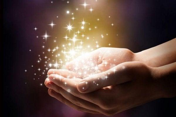 Vrouw Die Magie Vasthoudt In Haar Handen