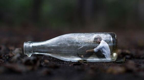 Man Die Vastzit In Een Glazen Fles