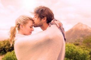 Twee Mensen Die Elkaar Knuffelen En Zo Hun Oxytocinespiegel Doen Stijgen