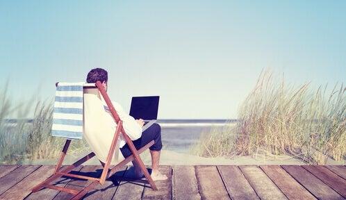Man Die Werkt Op Het Strand Want Hij Heeft Geleerd Wees Productiever Met Het Pareto-principe