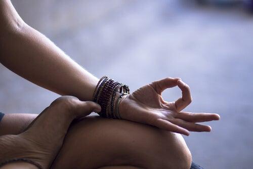 Voeten En Handen Van Een Vrouw Die Zit Te Mediteren Want Ze Moet Haar Oxytocinespiegel Doen Stijgen