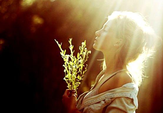 Meisje Dat Onder Een Licht Staat Met Een Bosje Gras In Haar Handen En Denkt Je Eigen Licht Laten Schijnen Mag