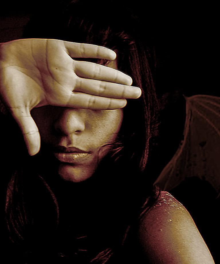 Meisje Dat Haar Hand Voor Haar Ogen Houdt Om Zich Te Beschermen Tegen Haar Giftige Vrienden