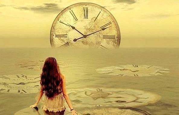 Meisje Dat Uitkijkt Over Een Oceaan Waarin Een Grote Klok Wegzakt Omdat Ware Liefde Niet Let Op Tijd, Ware Liefde Vereist Volwassenheid