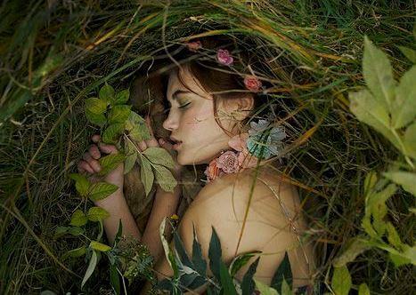 Meisje Dat Vredig Ligt Te Slapen In Een Bos Want Over Haar Innerlijke Rust Valt Niet Te Onderhandelen