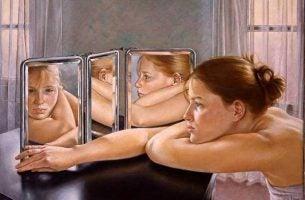 Meisje Dat In De Spiegel Kijkt Als Voorbeeld Van De Wet Van De Spiegel