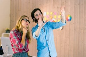 Twee Mensen Die Creatief Begaafd Zijn Praten Met Elkaar Over Een Idee