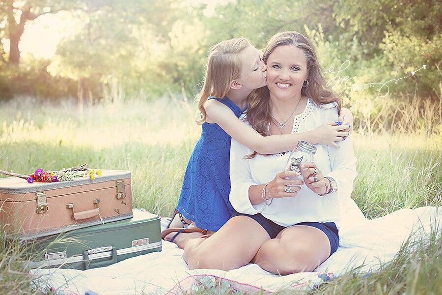 Moeder En Dochter Die Samen Zitten Te Picknicken
