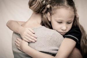 Dochter Knuffelt Moeder