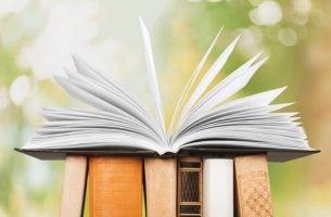 Een Open Boek Dat Op Een Rijtje Boeken Staat En Een Van De Revolutionaire Boeken Is Die Je Aan Alles Laten Twijfelen