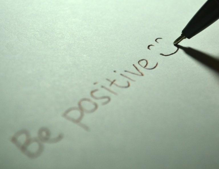 Een Papiertje Met Daarop Be Positive Geschreven Want Gevoelens Tasten Onze Maag Aan
