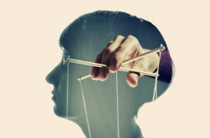 Hoofd Met Een Hand Die Een Marionet Vasthoudt Als Symbool Voor Hoe We Worden Gemanipuleerd Door De Media