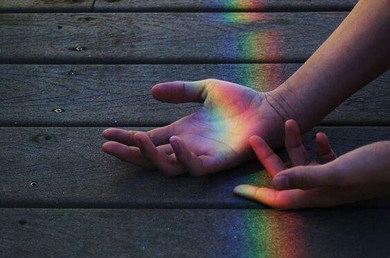 Regenboog Schijnt Op Handen Van Degene Die Kan Dromen Dat Alles Mogelijk Is