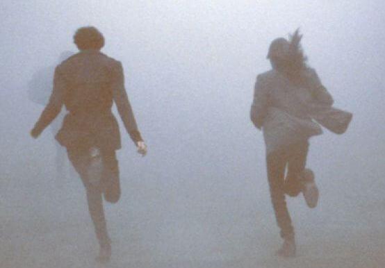 Mensen Die Ergens Van Wegrennen Omdat Ze Er Nog Niet Klaar Voor Zijn Om Een Nieuwe Spijker In Te Slaan