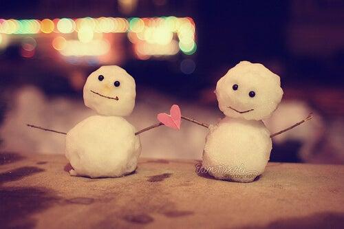 Twee Kleine Sneeuwpoppen Die Een Hartje Vasthouden