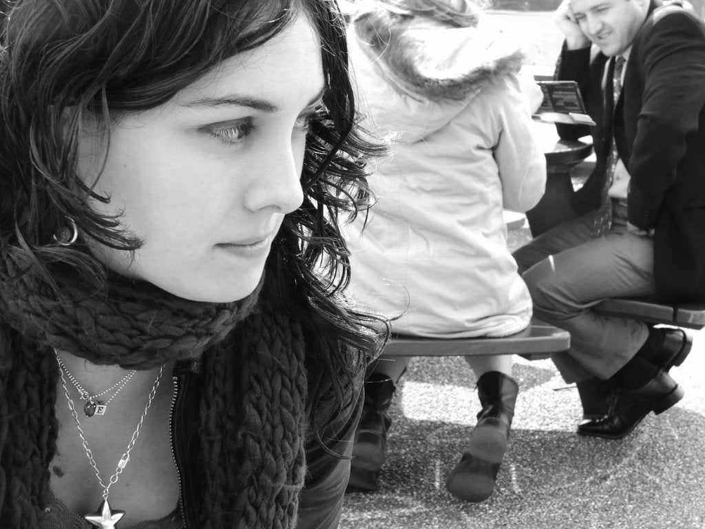 Meisje Dat Zenuwachtig Over Haar Schouder Kijkt Vanwege Geweld Binnen Het Gezin