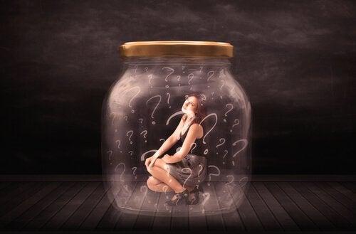 Vrouw In Glazen Pot