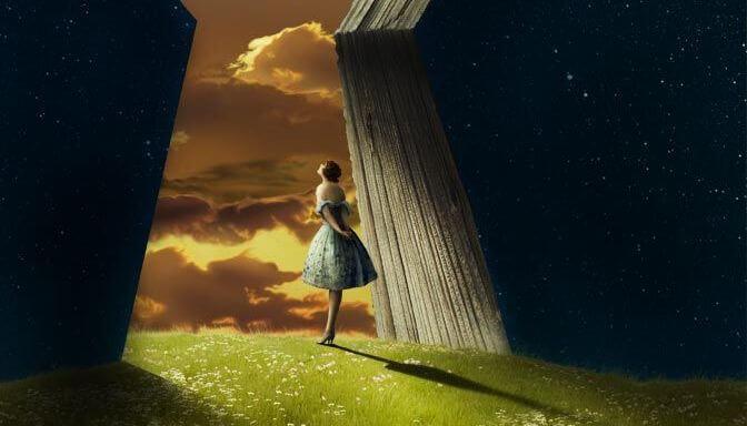 Vrouw die vanuit een grote naar de donkere hemel kijkt