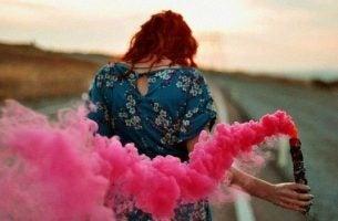 Vrouw Verspreid Roze Rook In Het Thema Kleur Je Leven