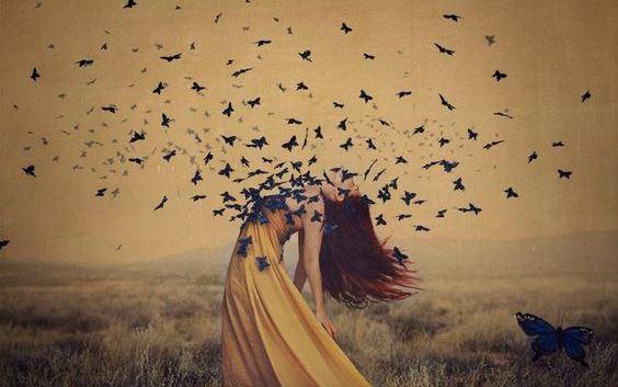Vrouw die achterover gebogen staat en zo allemaal vlinders uit haar borst laat ontsnappen