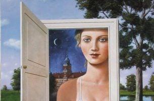 Vrouw Die In Een Deuropening Staat En Zich Afvraagt Wat Is Mijn Geluk Waard