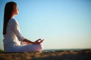 Vrouw Die Aan Het Mediteren Is En Andere Niet-Farmacologische Interventies Probeert