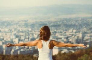 Vrouwen Die Met Haar Armen Wijd Over Een Stad Uitkijkt Want Zij Is Productiever Met Het Pareto-principe