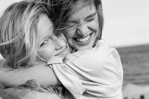 Twee Meiden Die Elkaar Knuffelen Omdat Ze Gelukkige Mensen Zijn