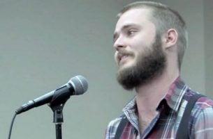 Man die voor een microfoon staat en last heeft van obsessieve-compulsieve stoornis