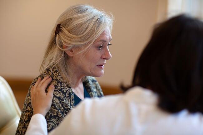 Vrouw die lijdt aan Alzheimer en allerlei hersenfuncties verliest want dat zijn waarschuwingstekens van Alzheimer